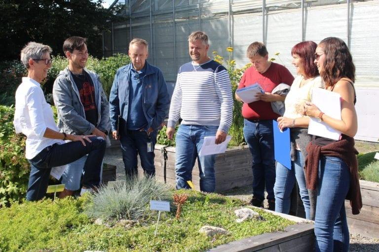 Faglærer Liselott Lindfors underviser fagskolestudenter ute på Vea