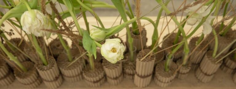 Laget av Sara Enberget på Botanisk design og ledelse, bærekraftig blomsterarbeid: unikt uttrykk, vakkert, gjenbrukbart, resirkulerbart og komposterbart.